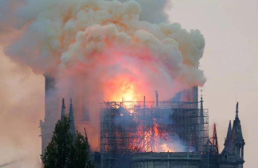 火烧巴黎圣母院,引燃中国媒体头条!